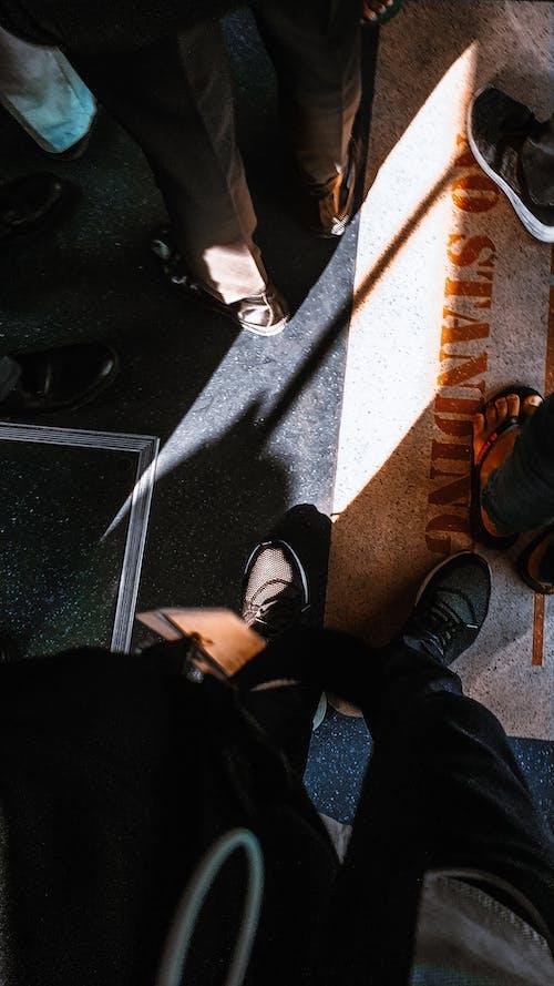 Foto stok gratis alas kaki, kedudukan, manusia, masyarakat