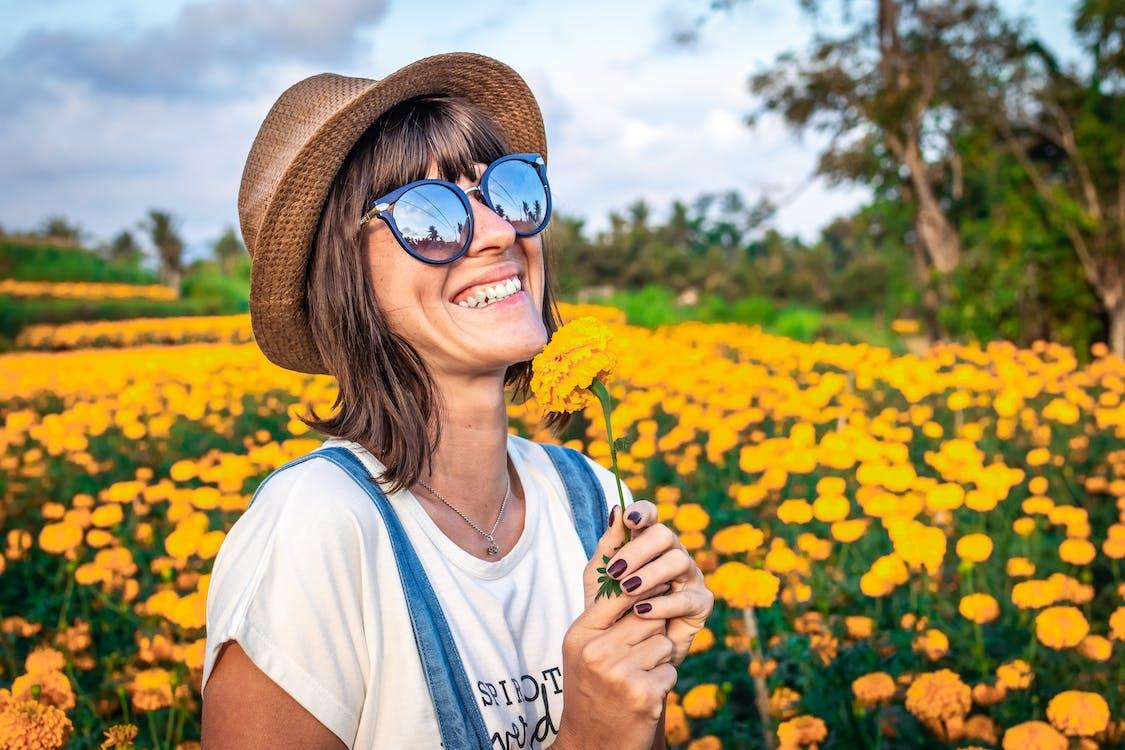 Wanita Memegang Bunga Kelopak Kuning