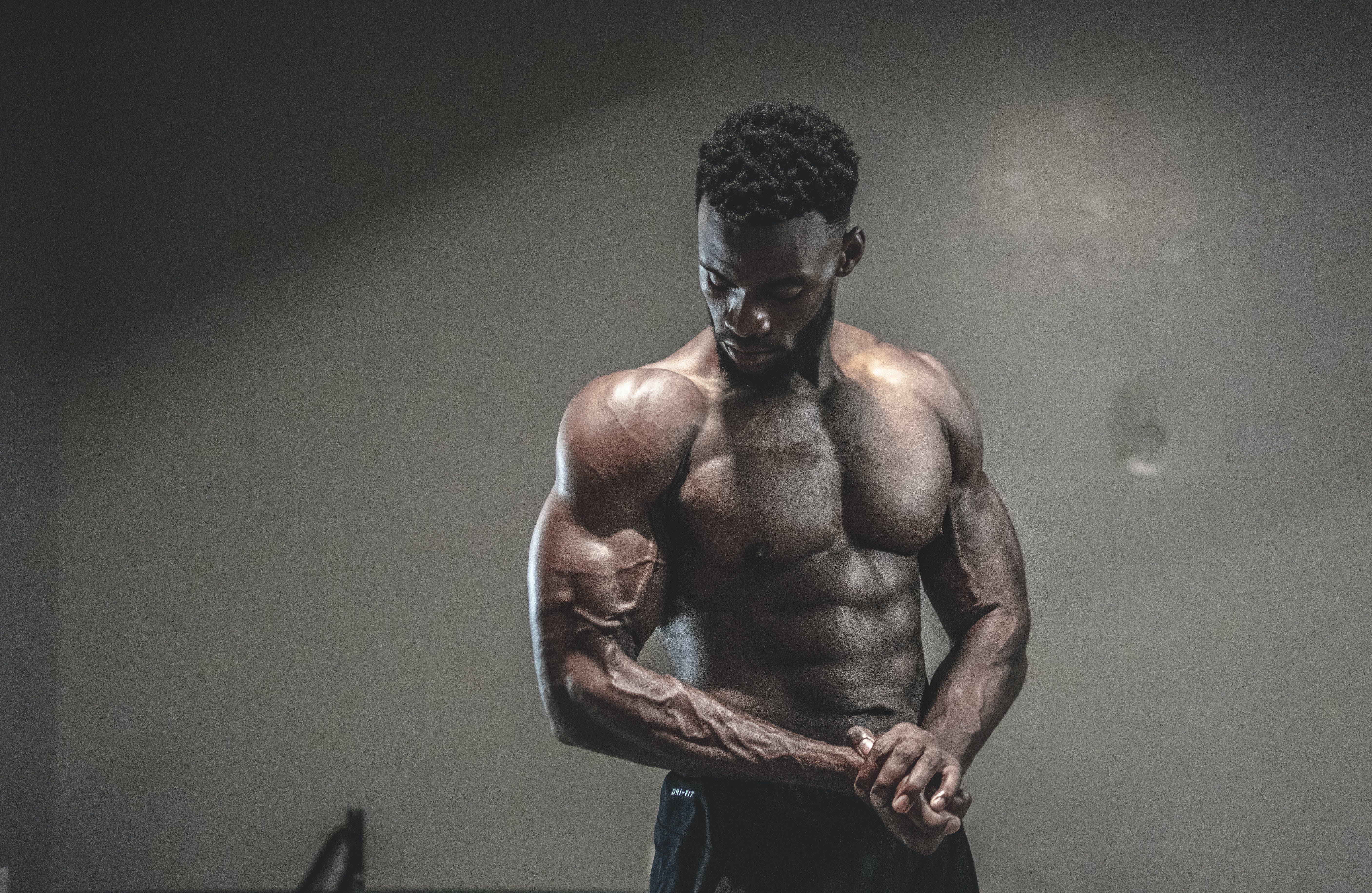 Darmowe zdjęcie z galerii z afroamerykanin, biceps, chłopak, ciało