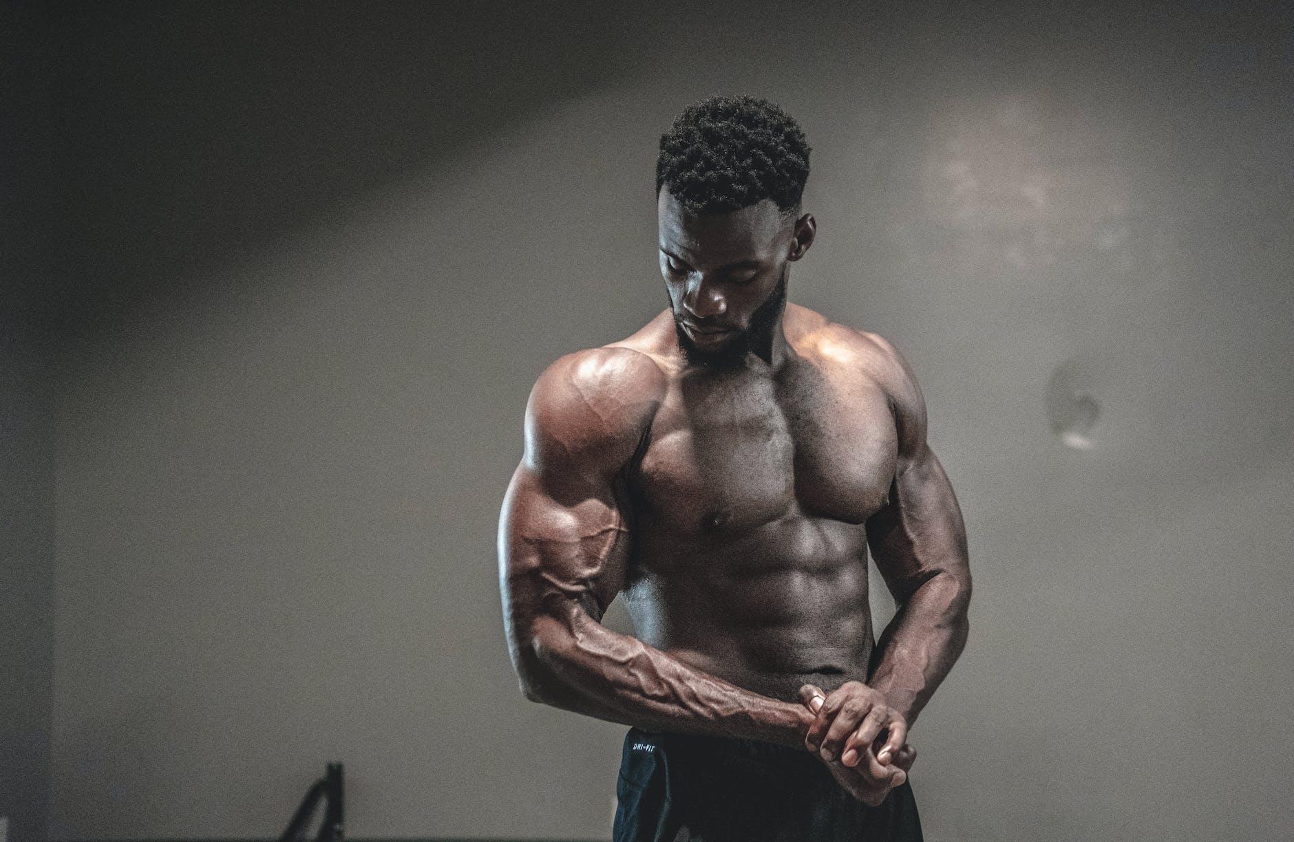 Gespiede bodybuilder spant onderarm aan