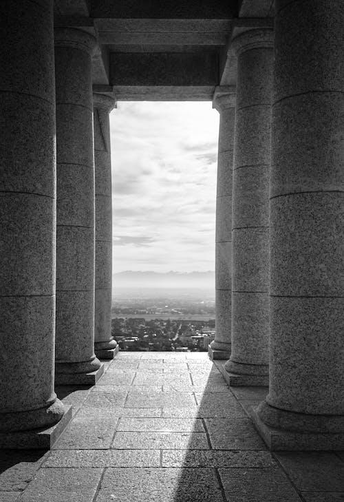 Immagine gratuita di architettura, bianco e nero, colonne, edificio