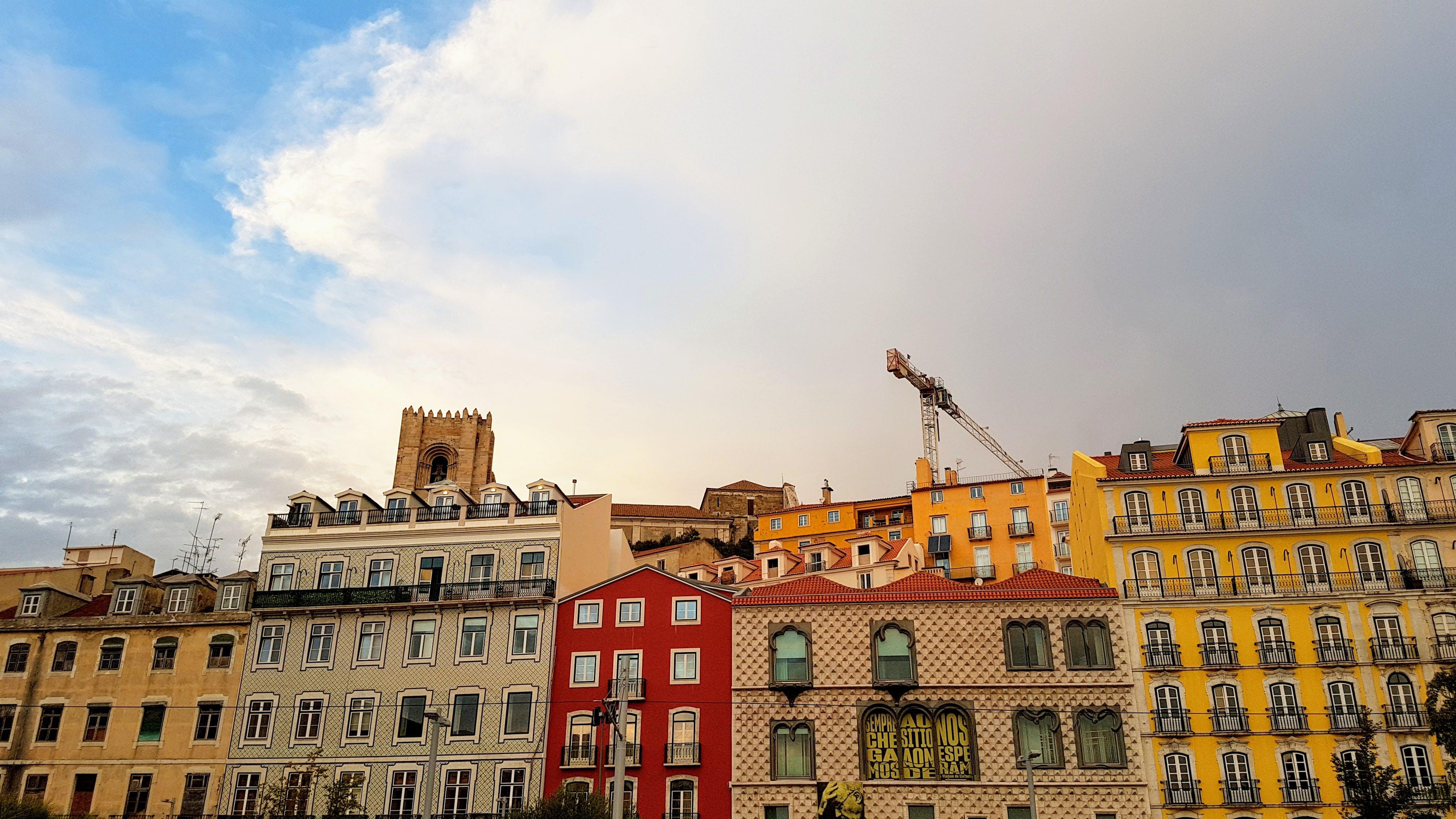 Darmowe zdjęcie z galerii z architektura, budynek, chmury, dźwig