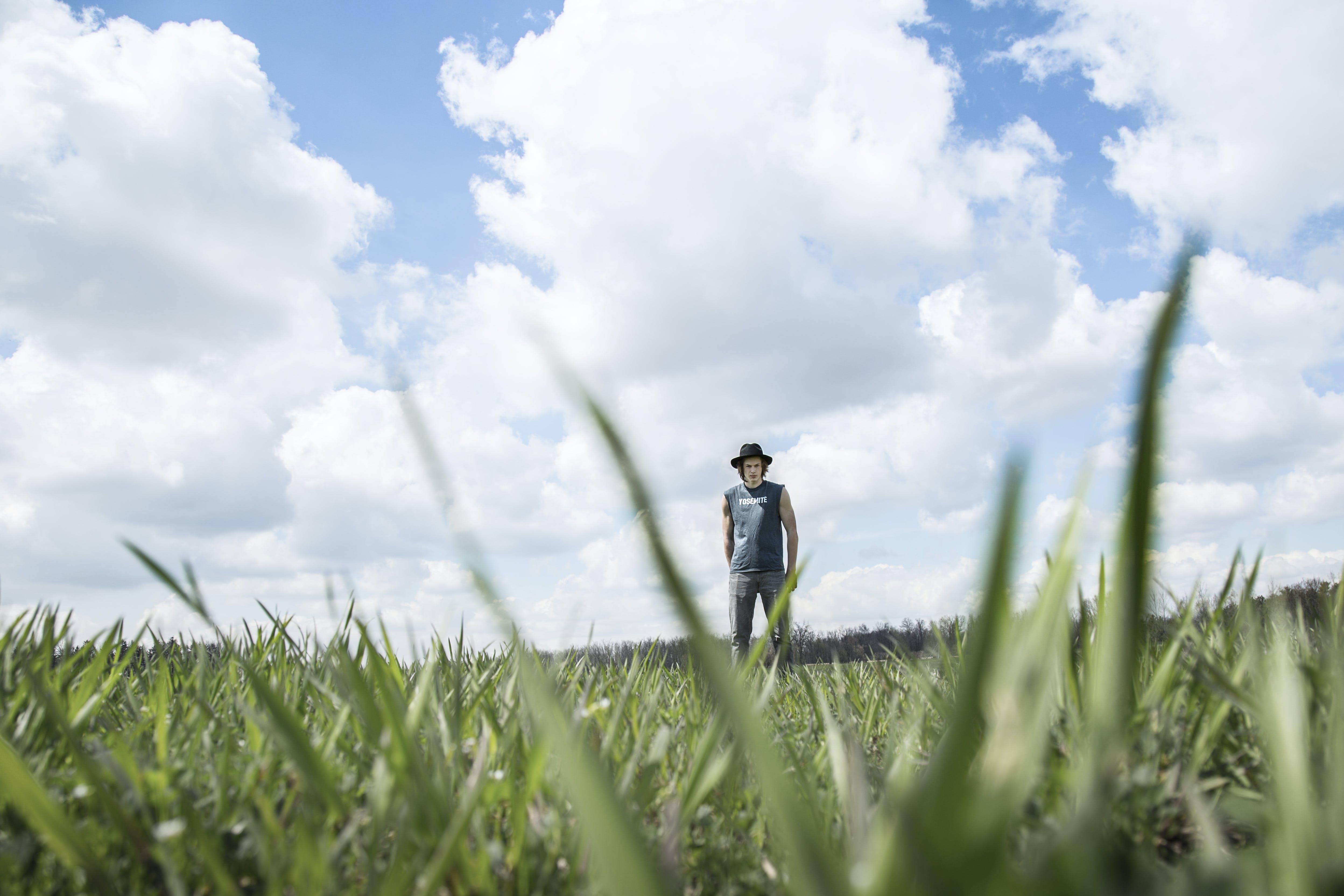 Бесплатное стоковое фото с газон, живописный, мужчина, небо