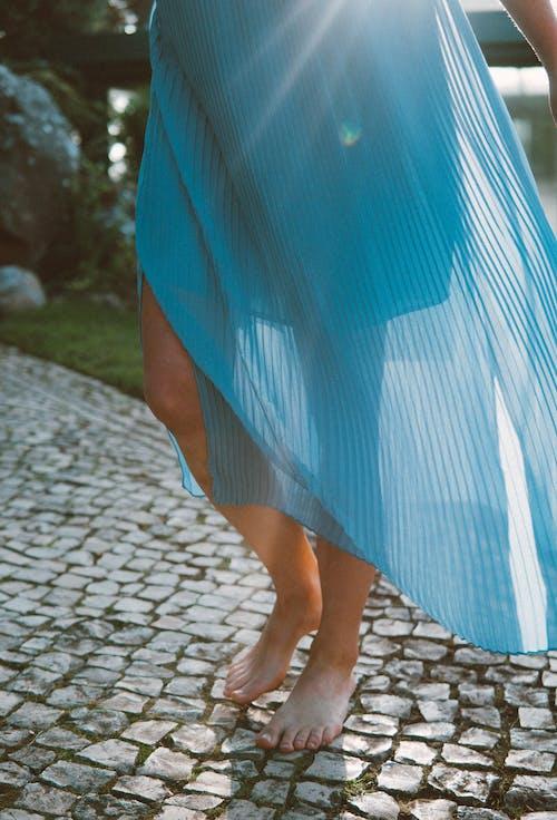 Ingyenes stockfotó divat, gyalogló, kék ruha, láb témában