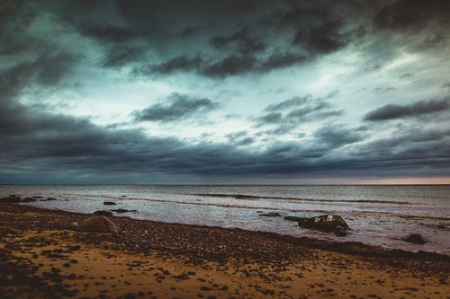 Gratis lagerfoto af havvand, mørke skyer, rolige vande, skyer
