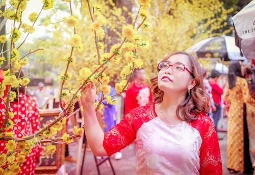 asyalı kız, güzel çiçekler, tet tatil içeren Ücretsiz stok fotoğraf