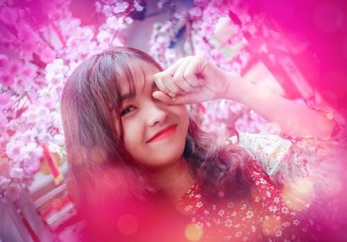 Бесплатное стоковое фото с Азиатская девушка, красивые цветы, тет праздник