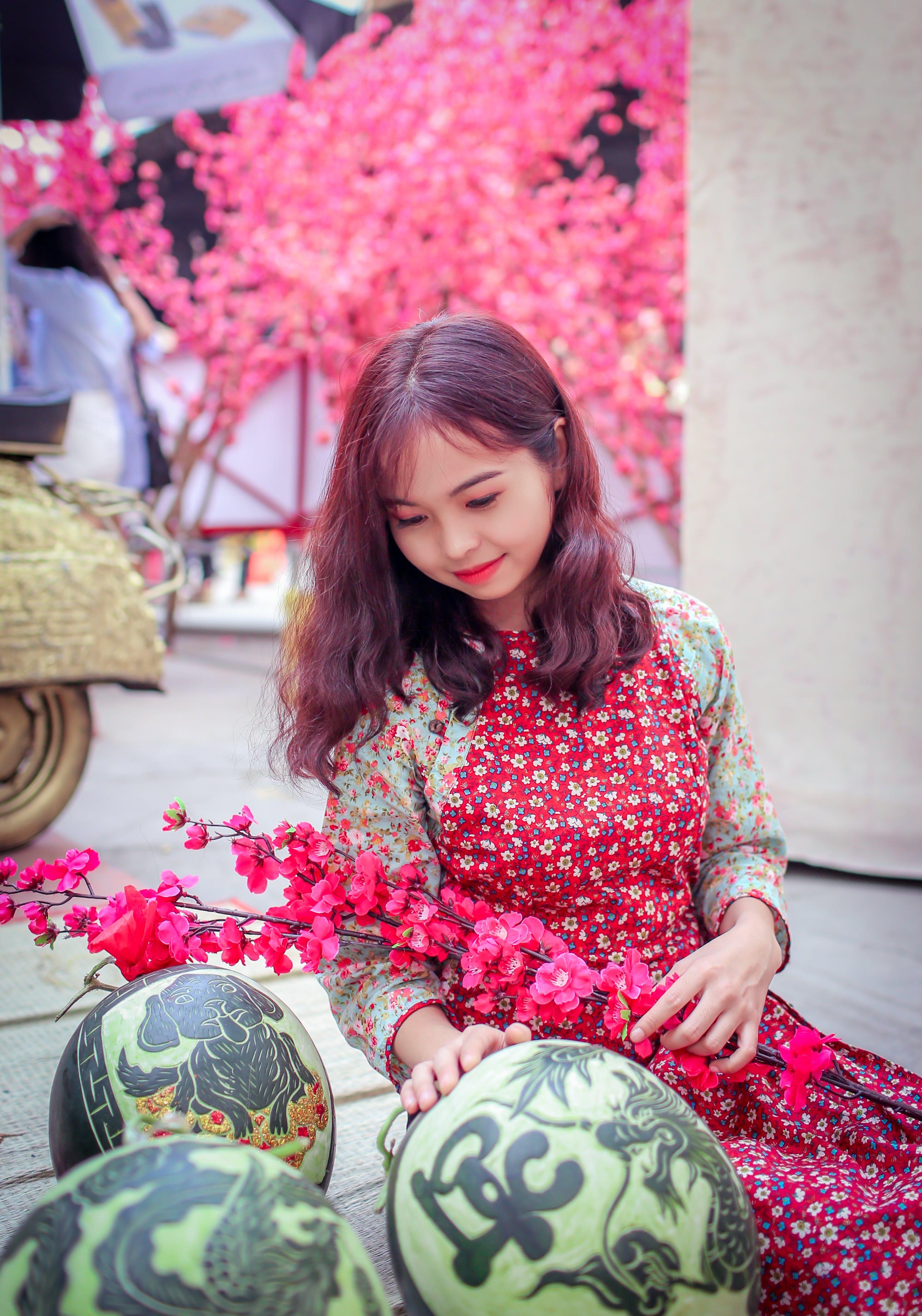 asyalı kız, Çiçekli elbise, dal, geleneksel içeren Ücretsiz stok fotoğraf