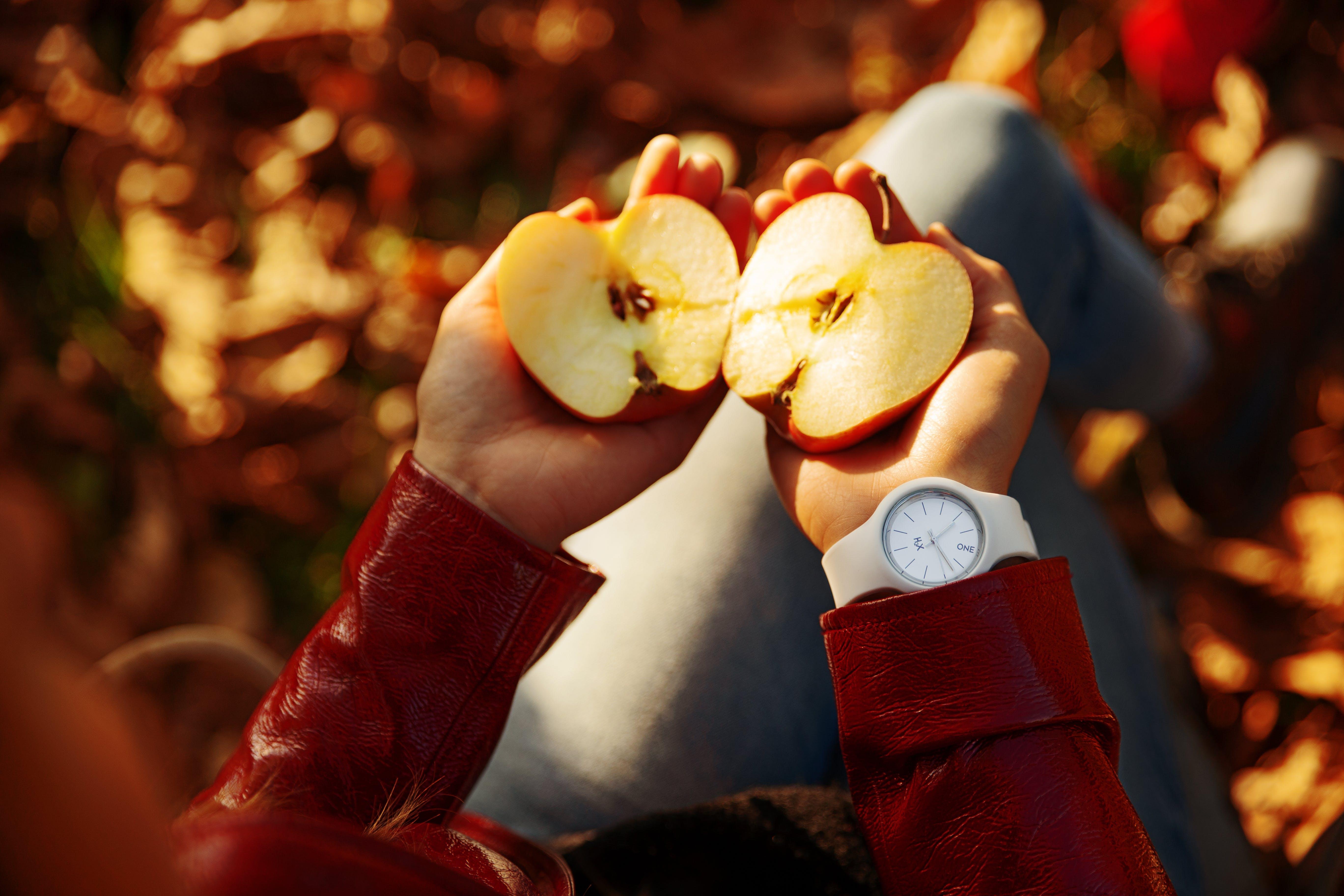 Kostenloses Stock Foto zu apfel, armbanduhr, essen, frucht