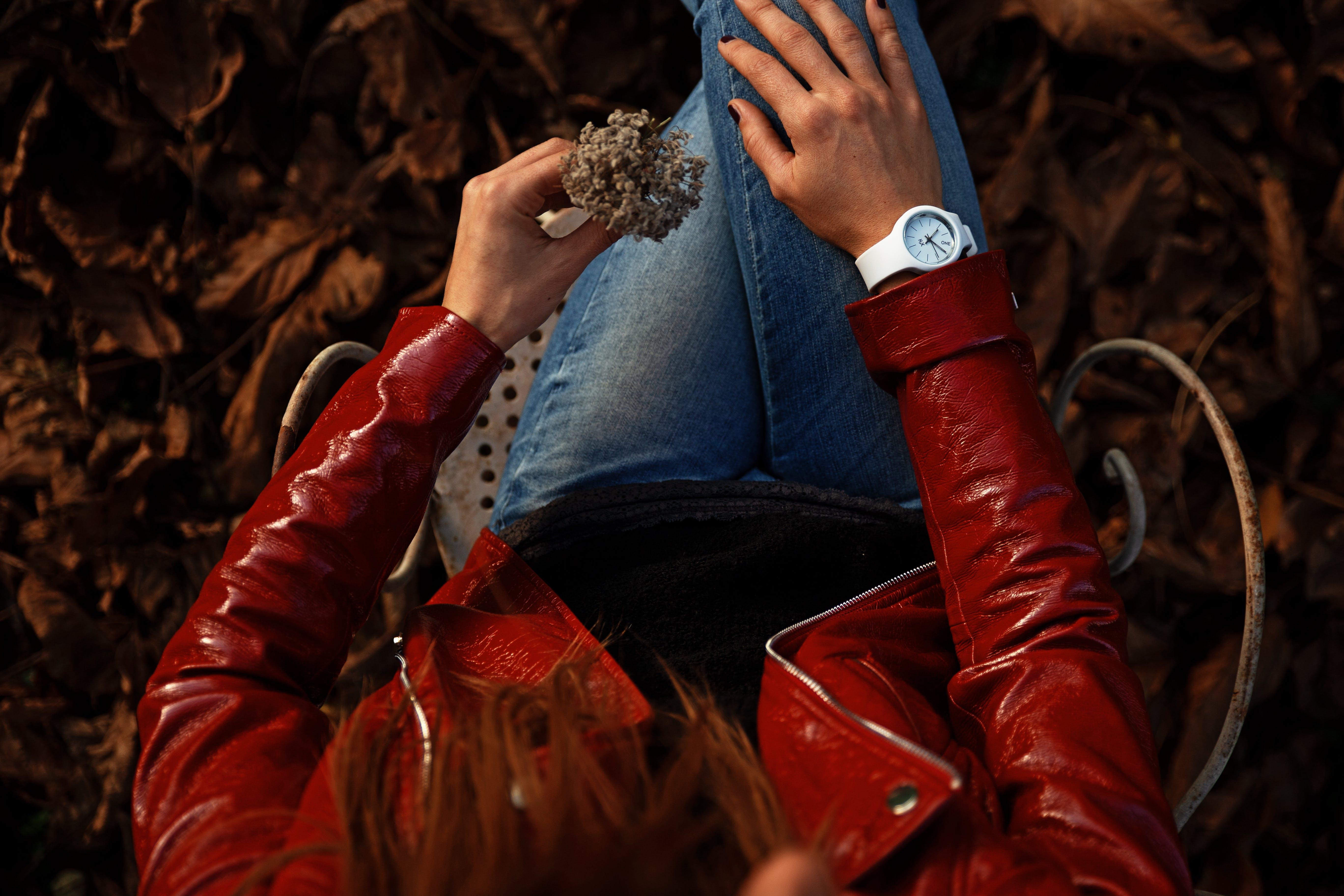 Kostenloses Stock Foto zu armbanduhr, frau, hände, kleidung