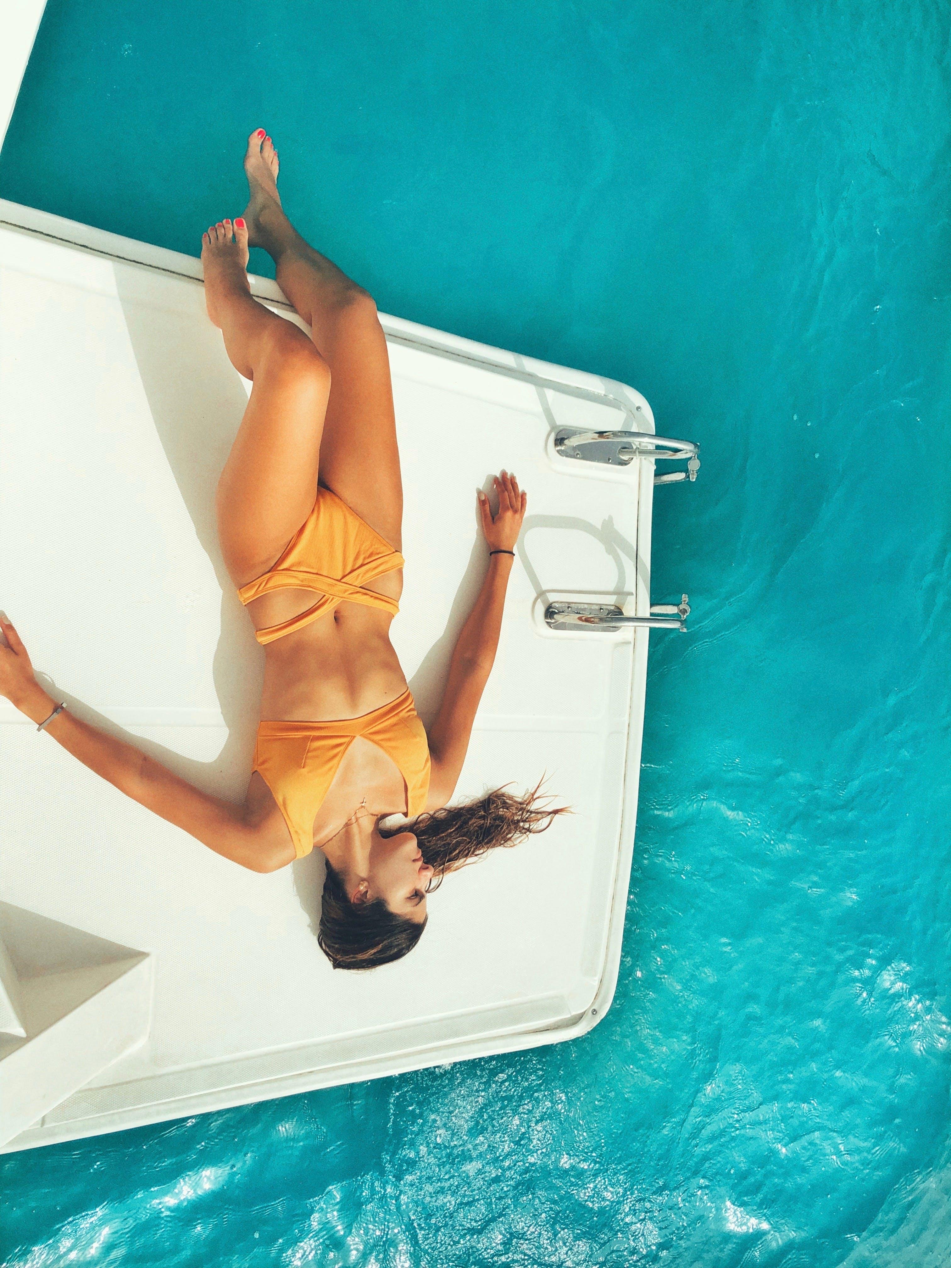 Kostenloses Stock Foto zu badeort, bikini, boot, bootsdeck