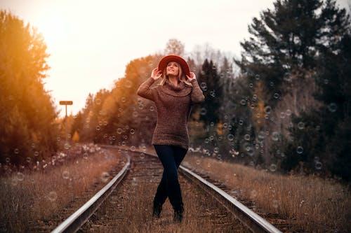 açık, ağaç, bulanıklık, demir yolu içeren Ücretsiz stok fotoğraf