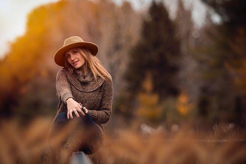 Бесплатное стоковое фото с блондинка, Взрослый, вязаный свитер, дерево