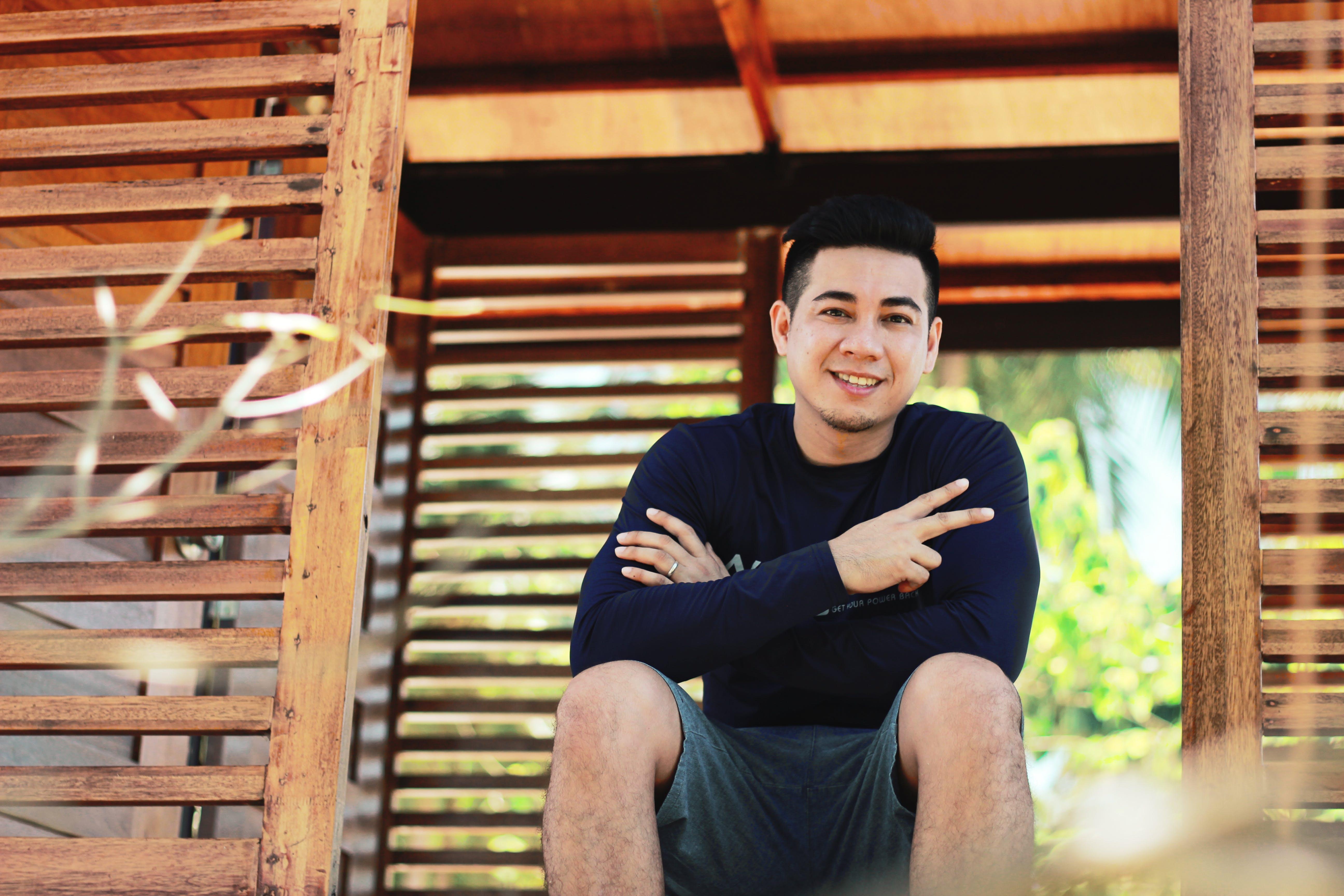 Kostenloses Stock Foto zu asiatischer mann, draußen, fashion, friedenszeichen