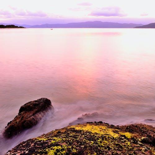 Foto d'estoc gratuïta de aigua, alba, horitzó, illa