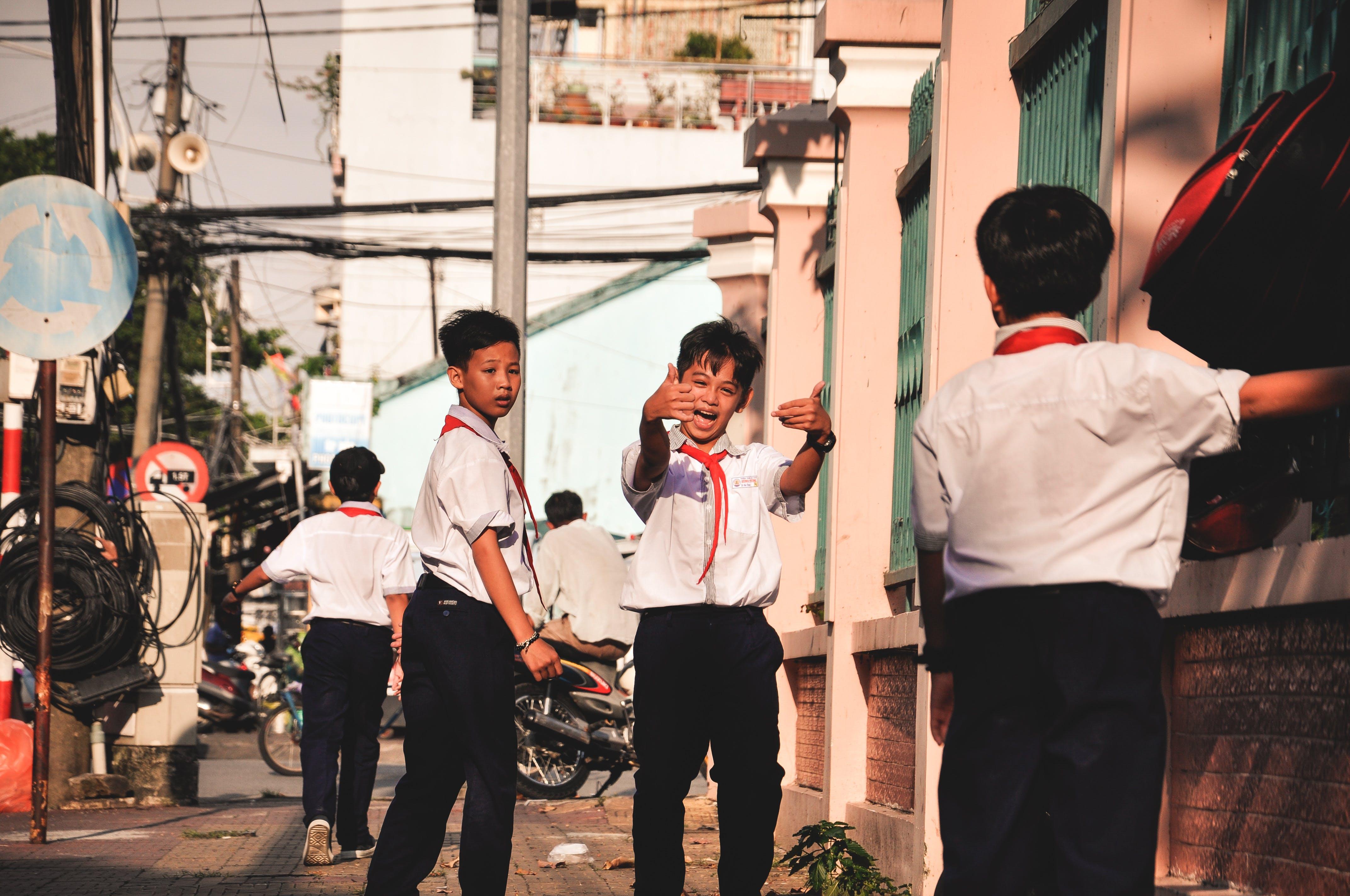 거리, 사람, 소년, 아이의 무료 스톡 사진