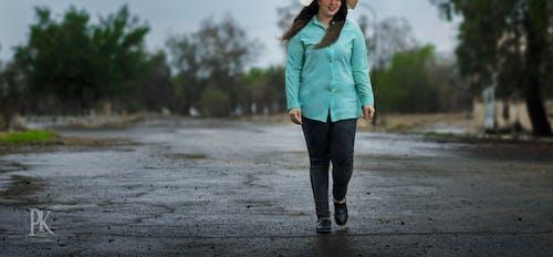 Бесплатное стоковое фото с девушка на дороге
