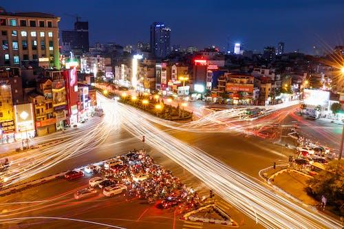 Immagine gratuita di auto, centro città, città, fasci di luce