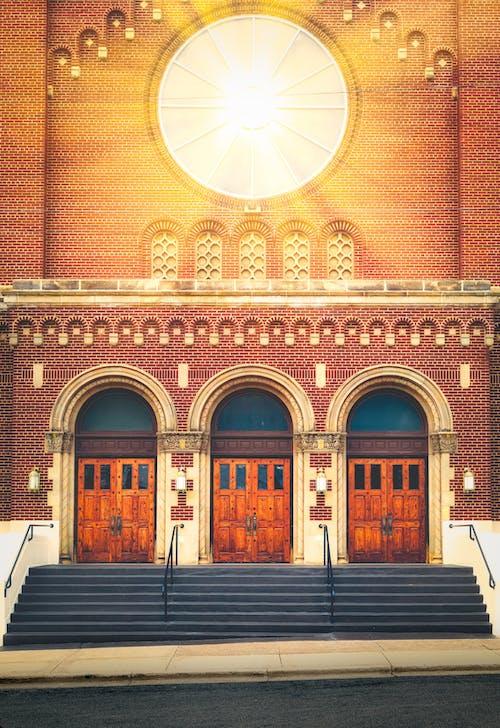 Immagine gratuita di chiesa, mattone, porte