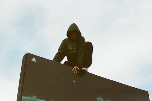 Foto profissional grátis de adulto, ao ar livre, construção, desgaste