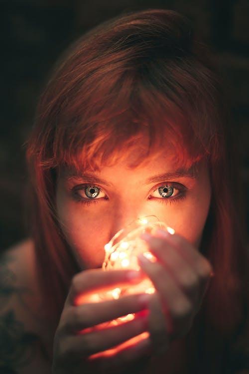 Gratis lagerfoto af ansigtsudtryk, baggrund, blå øjne, kvinde