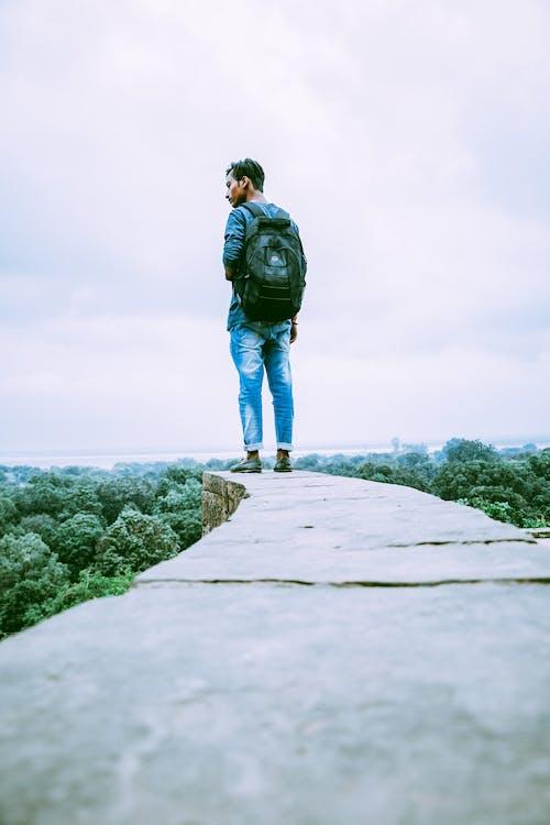 Kostenloses Stock Foto zu aufnahme von unten, berg, berggipfel, bewölkter himmel