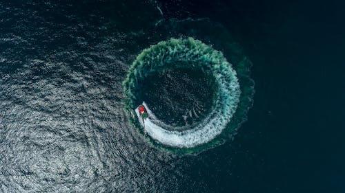 물의 몸에 보트 항공 사진