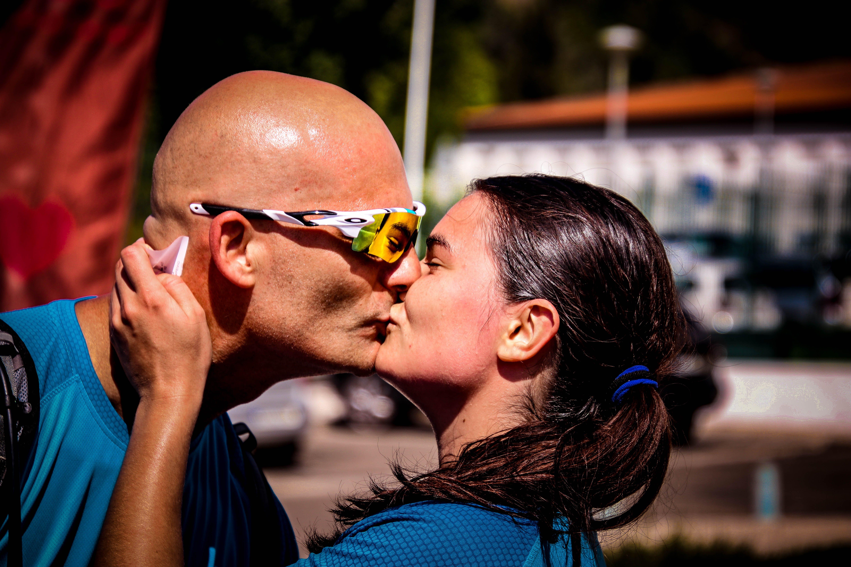 Foto profissional grátis de amor, beijando, calvo, close