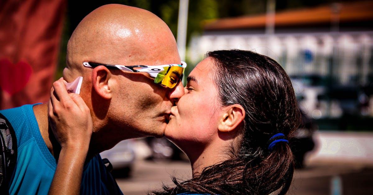 места факты фото поцелуй с лысым мужчиной вид