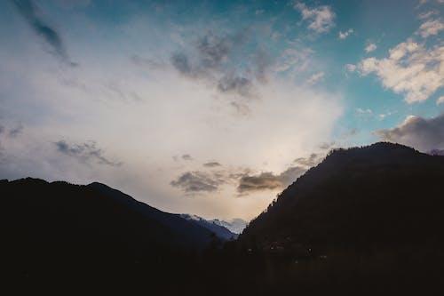 Foto profissional grátis de cênico, céu, luz do dia, montanha