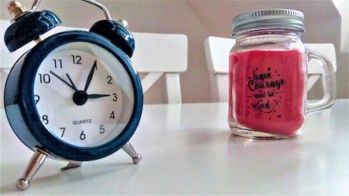 Gratis stockfoto met blauwe klok, blauwe wekker, bureau, drinkglas