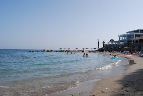 Darmowe zdjęcie z galerii z chata na plaży, europa, grecja, leżaki plażowe