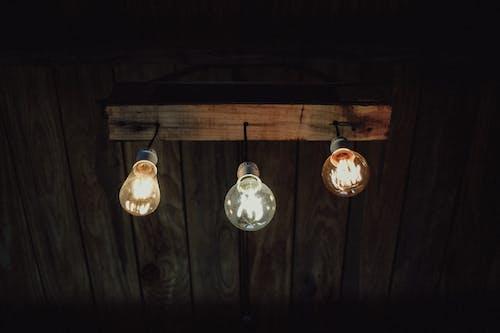 Foto profissional grátis de lâmpadas, luzes, luzes do teto, pendurado