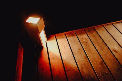 Foto profissional grátis de amarelo, chão de madeira, escuro, laranja