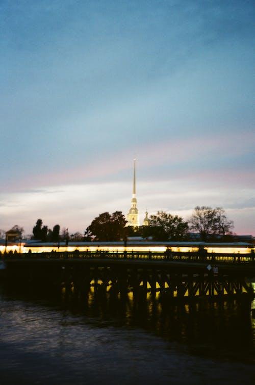 Darmowe zdjęcie z galerii z architektura, chmury, drzewa, fotografia filmowa