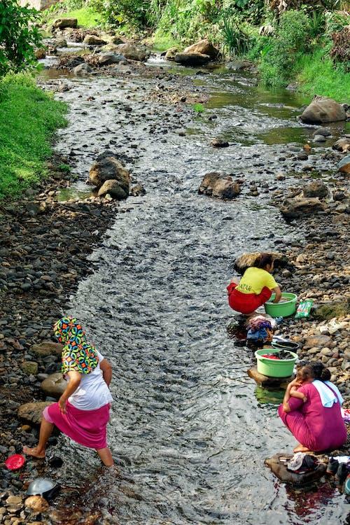 Kostenloses Stock Foto zu aufgaben, fluss, frauen, indonesien