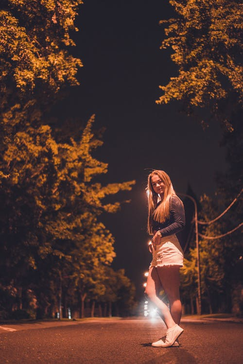 中空裝, 夜間照片, 女人, 年輕 的 免費圖庫相片