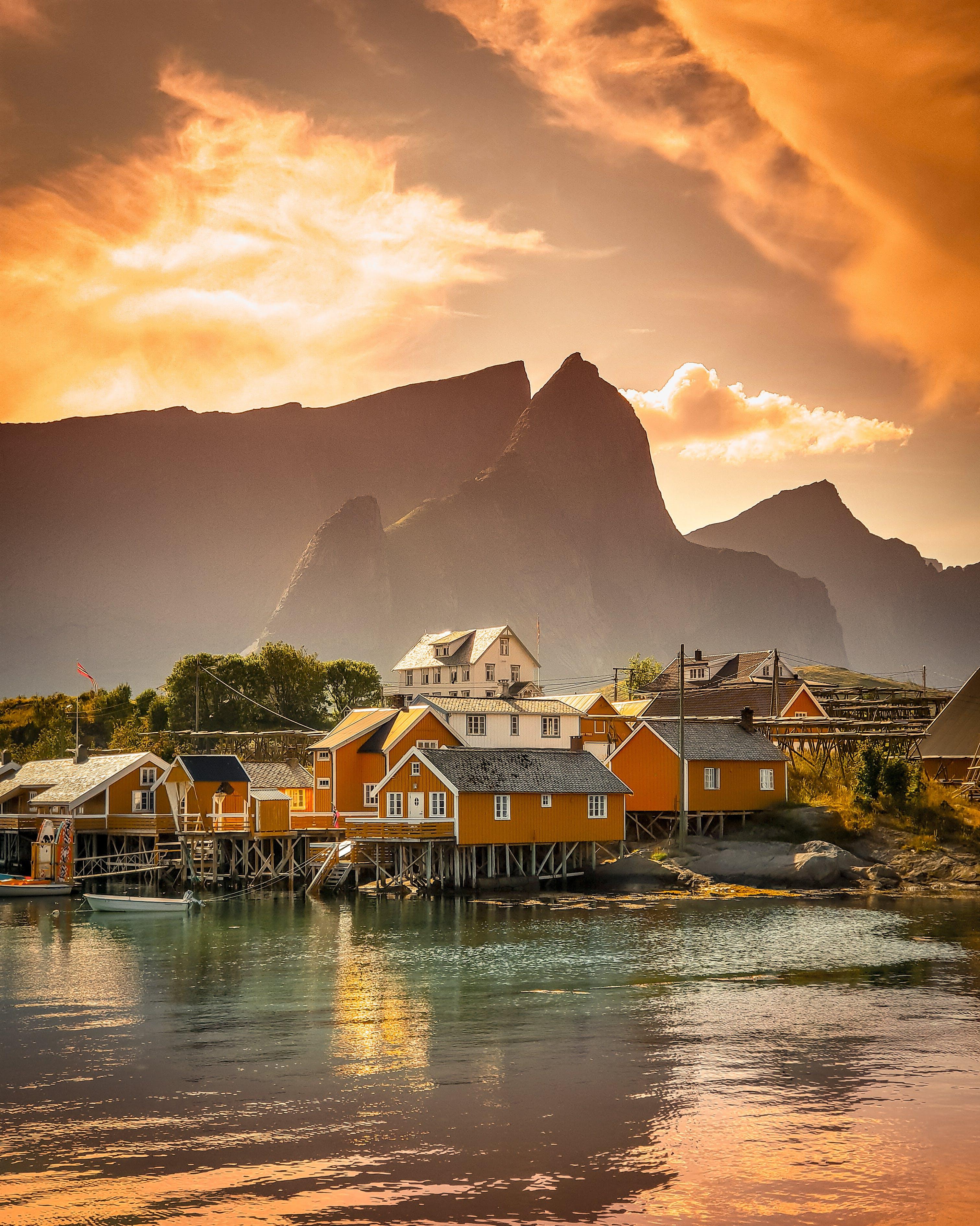 Gratis lagerfoto af aften, båd, bjerg, bjergtinde