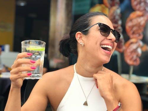 bardak, bayan, cam, çekici; cazip içeren Ücretsiz stok fotoğraf