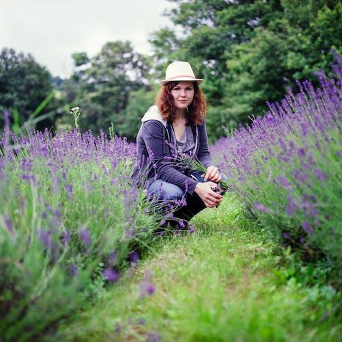 Základová fotografie zdarma na téma flóra, holka, hřiště, květiny