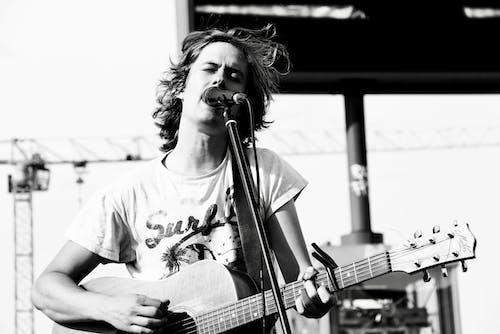 가수, 공연가, 그레이스케일, 기타의 무료 스톡 사진