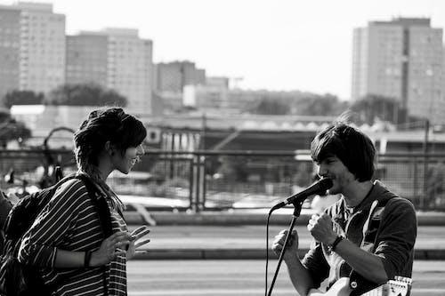 Kostenloses Stock Foto zu frau, gitarre, junge, liveauftritt