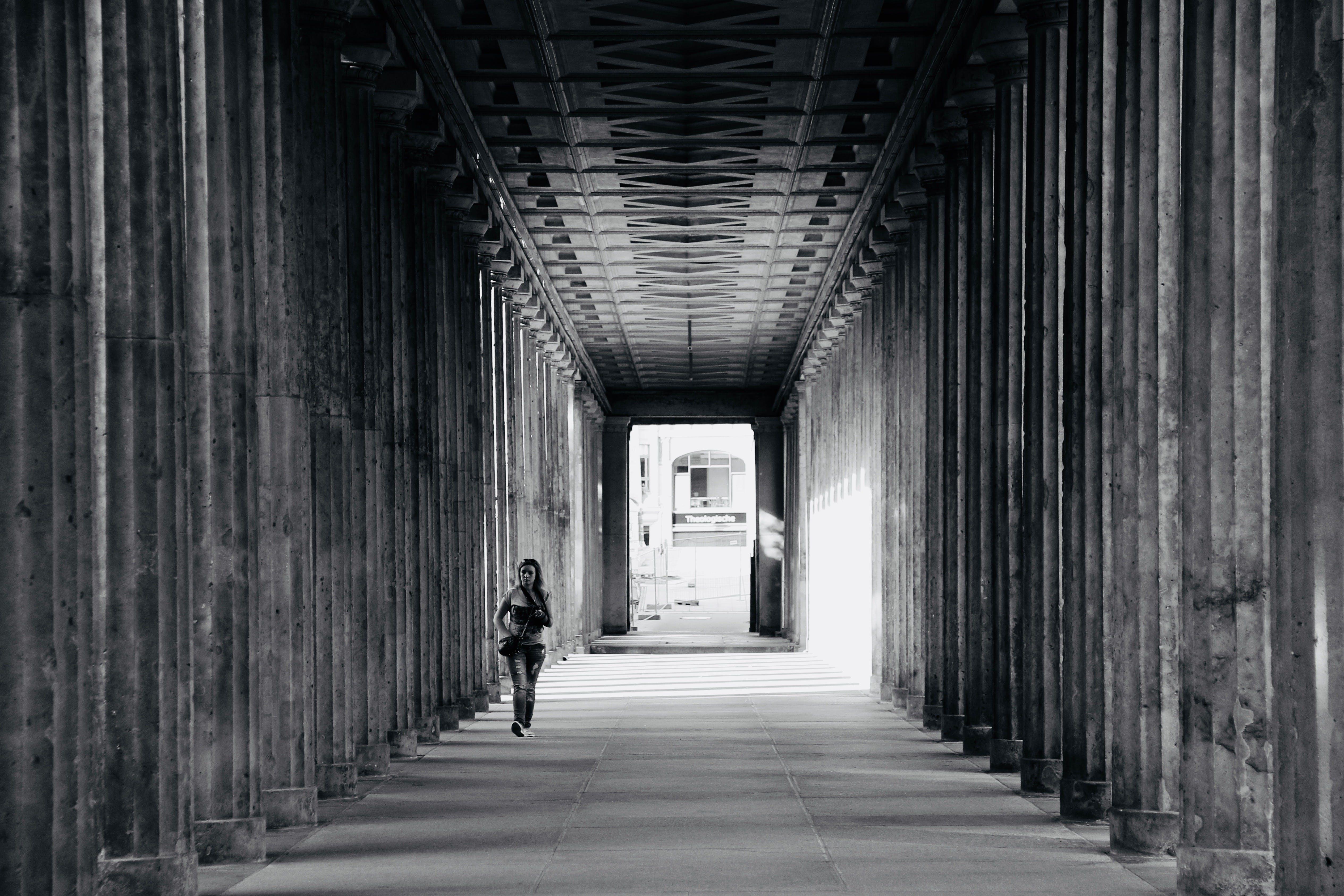 Δωρεάν στοκ φωτογραφιών με άνθρωπος, αρχιτεκτονική, ασπρόμαυρο, αστικός