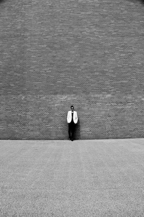 Kostenloses Stock Foto zu graustufen, mauer, person, schwarz und weiß