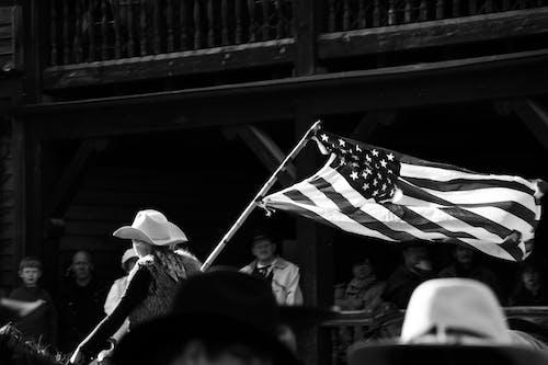 Gratis lagerfoto af Amerikansk flag, folk, sort-hvid, tøj