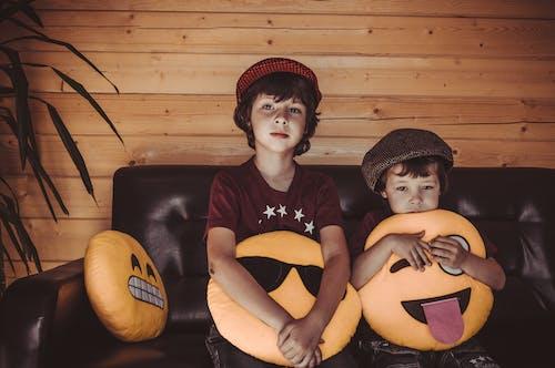 T恤, 坐, 孩子, 室內 的 免費圖庫相片