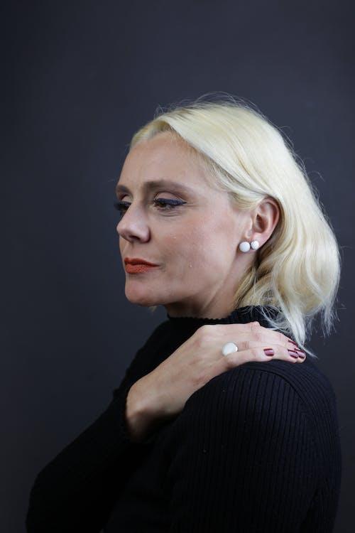 Fotobanka sbezplatnými fotkami na tému biele náušnice, blond, blond vlasy, blondína