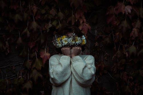 Immagine gratuita di donna, fiori, flora, indossare