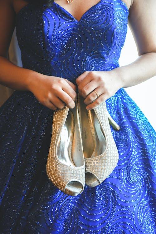 Kostenloses Stock Foto zu besorgt, blau, blaues kleid