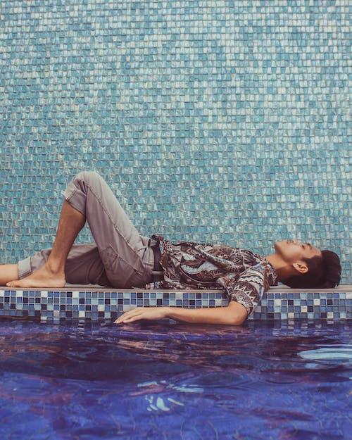 남자, 누워 있는, 더그아웃 수영장, 물의 무료 스톡 사진